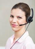 Υπάλληλος τηλεφωνικών κέντρων θηλυκών με τα ακουστικά Στοκ Εικόνες