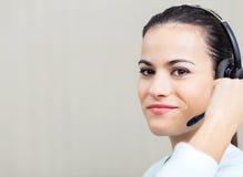 Υπάλληλος τηλεφωνικών κέντρων θηλυκών που χρησιμοποιεί την κάσκα Στοκ φωτογραφίες με δικαίωμα ελεύθερης χρήσης