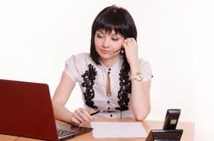 Υπάλληλος τηλεφωνικών κέντρων κοριτσιών στο γραφείο Στοκ φωτογραφία με δικαίωμα ελεύθερης χρήσης