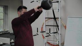 Υπέρβαρες ενήλικες ασκήσεις ατόμων με το βάρος στη γυμναστική απόθεμα βίντεο