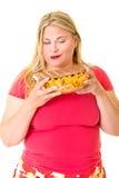 Υπέρβαρη γυναίκα με το κύπελλο των τσιπ και της σοκολάτας στοκ εικόνες με δικαίωμα ελεύθερης χρήσης