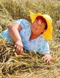 Υπέρβαρη γυναίκα που απολαμβάνει τη ζωή κατά τη διάρκεια των θερινών διακοπών στοκ φωτογραφία με δικαίωμα ελεύθερης χρήσης