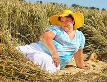 Υπέρβαρη γυναίκα που απολαμβάνει τη ζωή κατά τη διάρκεια των θερινών διακοπών στοκ εικόνα