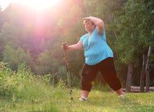 Υπέρβαρη γυναίκα που περπατά στο δασικό ίχνος Στοκ εικόνα με δικαίωμα ελεύθερης χρήσης