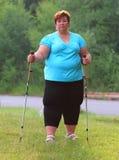 Υπέρβαρη γυναίκα που περπατά στο δασικό ίχνος Στοκ φωτογραφίες με δικαίωμα ελεύθερης χρήσης