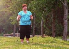 Υπέρβαρη γυναίκα που περπατά στο δασικό ίχνος Στοκ Φωτογραφίες