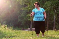 Υπέρβαρη γυναίκα που περπατά στο δασικό ίχνος Στοκ Φωτογραφία