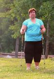Υπέρβαρη γυναίκα που περπατά στο δασικό ίχνος Στοκ φωτογραφία με δικαίωμα ελεύθερης χρήσης