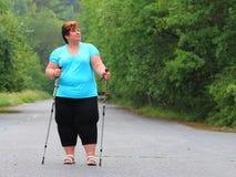 Υπέρβαρη γυναίκα που περπατά στο δασικό ίχνος Στοκ Εικόνες