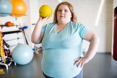 Υπέρβαρη κατάρτιση γυναικών με τη σφαίρα στοκ φωτογραφία με δικαίωμα ελεύθερης χρήσης