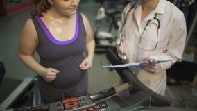 Υπέρβαροι κυρία και γιατρός διατροφής που προγραμματίζουν την υγιεινή διατροφή για την απώλεια βάρους απόθεμα βίντεο