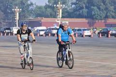 Υπέρβαροι ποδηλάτες που ανταλάσσουν στα ξημερώματα, Πεκίνο, Κίνα Στοκ φωτογραφία με δικαίωμα ελεύθερης χρήσης