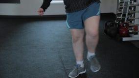 Υπέρβαρο ενήλικο άτομο που θερμαίνει στη γυμναστική φιλμ μικρού μήκους