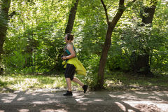 Υπέρβαρο τρέξιμο γυναικών όμορφη απώλεια έννοιας κοιλιών πέρα από τη λευκή γυναίκα βάρους Στοκ Εικόνες