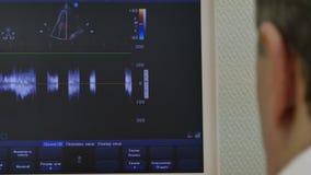 Υπέρηχος καρδιών στο όργανο ελέγχου του ιατρικού εξοπλισμού απόθεμα βίντεο