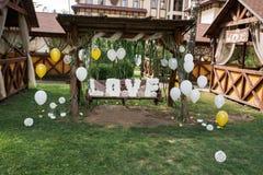 Υπέροχα διακοσμημένη γαμήλια ταλάντευση με τις μεγάλες επιστολές ΑΓΑΠΗΣ φιαγμένη από έγγραφο γάμος Στοκ Εικόνα