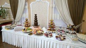 Υπέροχα διακοσμημένος εξυπηρετώντας τον πίνακα συμποσίου με τα διαφορετικά τρόφιμα στο εταιρικό γεγονός ή το γάμο γιορτών γενεθλί απόθεμα βίντεο