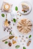 Υπέροχα διακοσμημένος πίνακας επιδορπίων όπου το κέικ με τη μαρέγκα σε έναν whitetable Ρύθμιση των εύγευστων γλυκών στοκ εικόνα