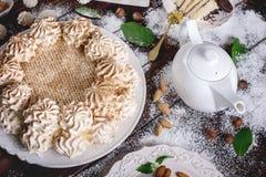 Υπέροχα διακοσμημένος πίνακας επιδορπίων όπου το κέικ με τη μαρέγκα σε έναν σκοτεινό ξύλινο πίνακα Ρύθμιση των εύγευστων γλυκών στοκ εικόνα