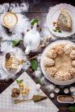 Υπέροχα διακοσμημένος πίνακας επιδορπίων όπου το κέικ με τη μαρέγκα σε έναν σκοτεινό ξύλινο πίνακα Ρύθμιση των εύγευστων γλυκών στοκ φωτογραφία με δικαίωμα ελεύθερης χρήσης