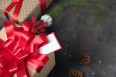 Υπέροχα διακοσμημένο κιβώτιο δώρων Χριστουγέννων στον πίνακα, Στοκ Εικόνες