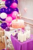 Υπέροχα διακοσμημένο κόμμα παιδιών ` s με τα λουλούδια και τα γλυκά μπαλονιών Στοκ φωτογραφίες με δικαίωμα ελεύθερης χρήσης