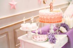Υπέροχα διακοσμημένο κόμμα παιδιών ` s με τα λουλούδια και τα γλυκά μπαλονιών Στοκ εικόνες με δικαίωμα ελεύθερης χρήσης