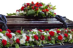 Υπέροχα διακοσμημένο φέρετρο λουλουδιών στοκ εικόνες
