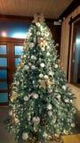 Υπέροχα διακοσμημένο χριστουγεννιάτικο δέντρο background colors holiday red yellow στοκ φωτογραφίες με δικαίωμα ελεύθερης χρήσης