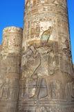 Υπέροχα διακοσμημένες στήλες στο ναό Kom Ombo στην Αίγυπτο που παρουσιάζει τη λεπτομέρεια στις χαράξεις ανακούφισης στοκ φωτογραφία με δικαίωμα ελεύθερης χρήσης