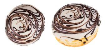 Υπέροχα περίκομψα γλυκά donuts με το πάγωμα ζάχαρης στοκ εικόνα