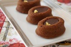 υπέροχα συσσωματώνει την κρέμα σοκολάτας που διακοσμείται στοκ φωτογραφίες