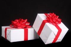 Υπέροχα τυλιγμένο χριστουγεννιάτικο δώρο Στοκ Εικόνες