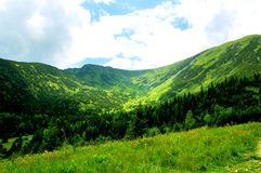 Υπέροχα φώτισε την αρχή της κοιλάδας βουνών στοκ εικόνες