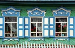 Υπέροχα χαρασμένα και διακοσμημένα windown πλακάκια ενός παραδοσιακού στοκ φωτογραφία