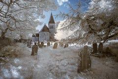 Υπέρυθρο τοπίο της παλαιάς εκκλησίας στο νεκροταφείο στο αγγλικό countr Στοκ Εικόνες