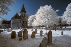 Υπέρυθρο τοπίο της παλαιάς εκκλησίας στο νεκροταφείο στο αγγλικό countr Στοκ φωτογραφίες με δικαίωμα ελεύθερης χρήσης