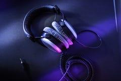 Υπέρ ακουστικά κατοχής για τα audiophiles στοκ φωτογραφία με δικαίωμα ελεύθερης χρήσης