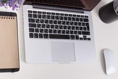 Υπέρ αμφιβληστροειδής της Apple Macbook σε ένα γραφείο με τα χαρτικά Πρότυπο για το decal, σχέδιο αυτοκόλλητων ετικεττών Καθιερών Στοκ εικόνες με δικαίωμα ελεύθερης χρήσης