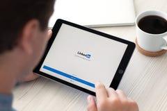 Υπέρ διαστημική γκρίζα κοινωνική υπηρεσία δικτύου LinkedIn εκμετάλλευσης ατόμων iPad Στοκ φωτογραφίες με δικαίωμα ελεύθερης χρήσης