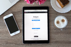 Υπέρ διαστημικός γκρίζος εκμετάλλευσης γυναικών iPad με την υπηρεσία Instagram Στοκ Φωτογραφία