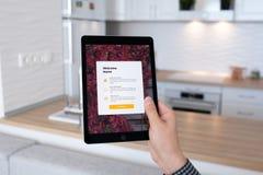 Υπέρ διαστημικός γκρίζος εκμετάλλευσης χεριών ατόμων iPad με app το σπίτι Στοκ Φωτογραφία