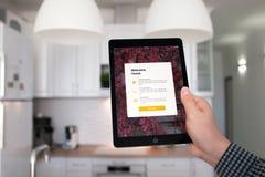 Υπέρ διαστημικός γκρίζος εκμετάλλευσης χεριών ατόμων iPad με app το σπίτι Στοκ φωτογραφία με δικαίωμα ελεύθερης χρήσης