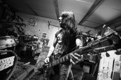 Υπέρ κιθάρα παιχνιδιού gutarist στο στούντιο αρχείων στοκ εικόνα