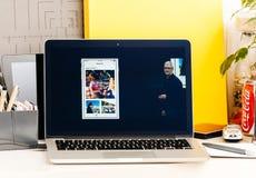 Υπέρ μνήμες παρουσίασης φραγμών αφής Macbook από Tim Cook Στοκ Φωτογραφίες