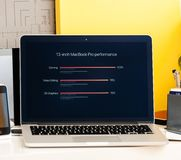 Υπέρ παρουσίαση φραγμών αφής Macbook των πλεονεκτημάτων lap-top Στοκ Φωτογραφία