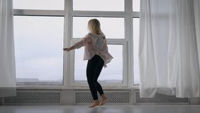Υπέρ σύγχρονη άσκηση χορευτών στο στούντιο, ξανθός χορός κοριτσιών εσωτερικός φιλμ μικρού μήκους