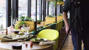Υπέρ τρόφιμα πυροβολισμού φωτογράφων στο εστιατόριο απόθεμα βίντεο