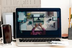Υπέρ lap-top εξέλιξης παρουσίασης φραγμών αφής Macbook Στοκ φωτογραφία με δικαίωμα ελεύθερης χρήσης
