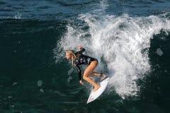 Υπέρ surfer, Eveline Hooft, που στον κόλπο Honolua σε Maui Στοκ Φωτογραφία